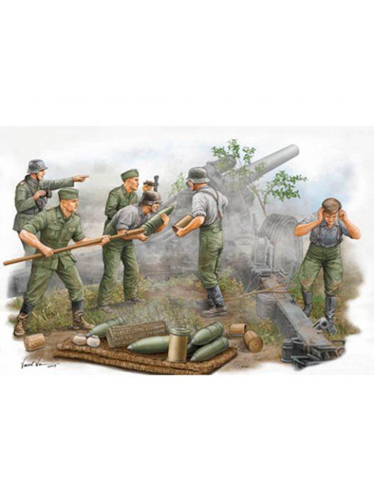 Trumpeter - German Field Howitzer Gun Crew On Firing